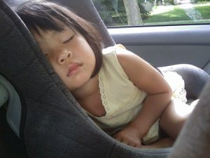 Przewożenie dziecka w bezpiecznym foteliku