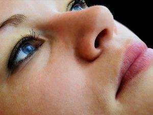 Stosowanie naturalnych peelingów dba o skórę twarzy