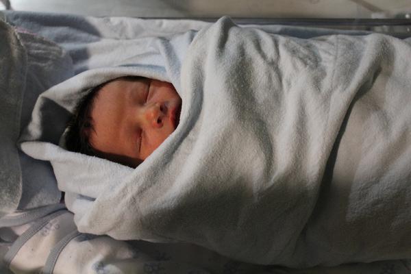 Wielobarwne pieluchy dla noworodka